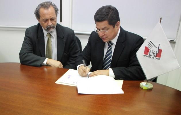 De izq. a der.: Ricardo Valdés, Presidente de CHS Alternativo y Eduardo Vega, Defensor del Pueblo.